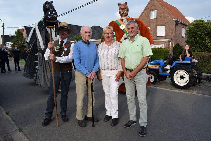 Georges Van Kerckhove met schoondochter Marleen, zoon Jan en Mario, drager van de zwarte kat.
