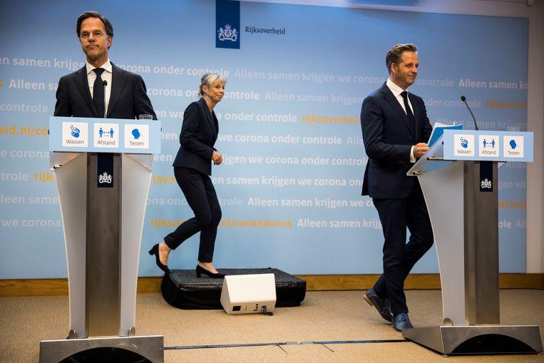 Demissionair premier Mark Rutte en demissionair minister Hugo de Jonge (Volksgezondheid, Welzijn en Sport) tijdens de persconferentie.  Beeld Arie Kievit