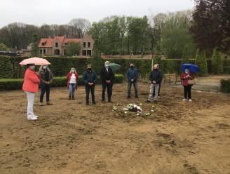 """Familie van overledenen leggen bloemenkrans op ontruimde zone kerkhof Heist: """"Voor nabestaanden die in de toekomst met dezelfde pijn en miserie worden geconfronteerd"""""""