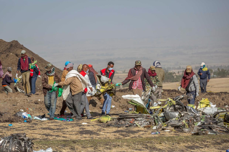 Reddingwerkers zoeken op de plaats van het ongeluk, nabij Bishoftu, of Debre Zeit, naar overlevenden.