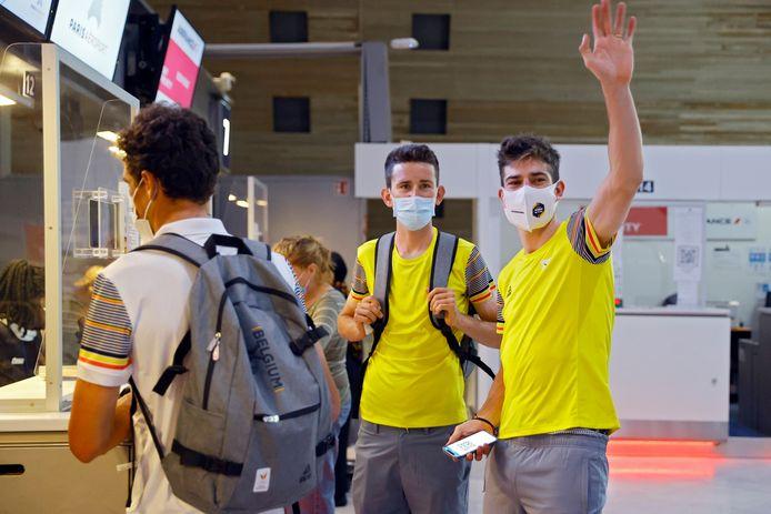 Van Avermaet, Benoot en Van Aert checken in op luchthaven van Charles de Gaulle.