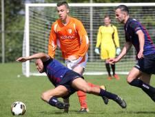 Supporters bestormen veld met slaan en schoppen in Breda: piepjonge scheidsrechter (17) moet ingrijpen