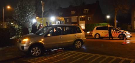 Man doet wat vijf mensen voor hem niet lukt in Breda: tilt auto op om vastzittende jongen te bevrijden na botsing