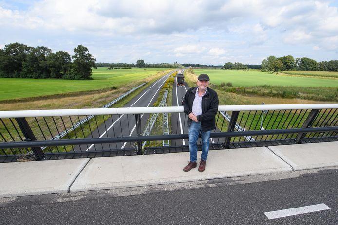 Hans Pelle op het viaduct waarover de N822/Borculoseweg de N18 passeert. Hier een op-/afrit naar beide kanten realiseren zou oplopende verkeersdruk kunnen verminderen, denkt het PvdA-raadslid.