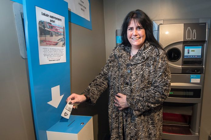 Annet Geerdink zamelt geld in voor kleine ondernemers in nood, onder meer door statiegeldbonnen te verzamelen.