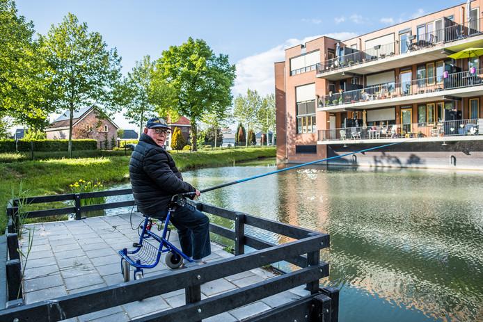"""Toon de Koning (86) aan het water vlakbij zijn appartement in Huissen. ,,Als het weer het toelaat, ga ik iedere dag vissen."""""""