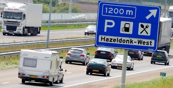 Archieffoto van vakantieverkeer en caravans op de snelweg ten hoogte van grensovergang Hazeldonk.