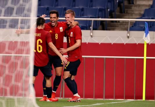 Spanje viert de goal van Mikel Merino.