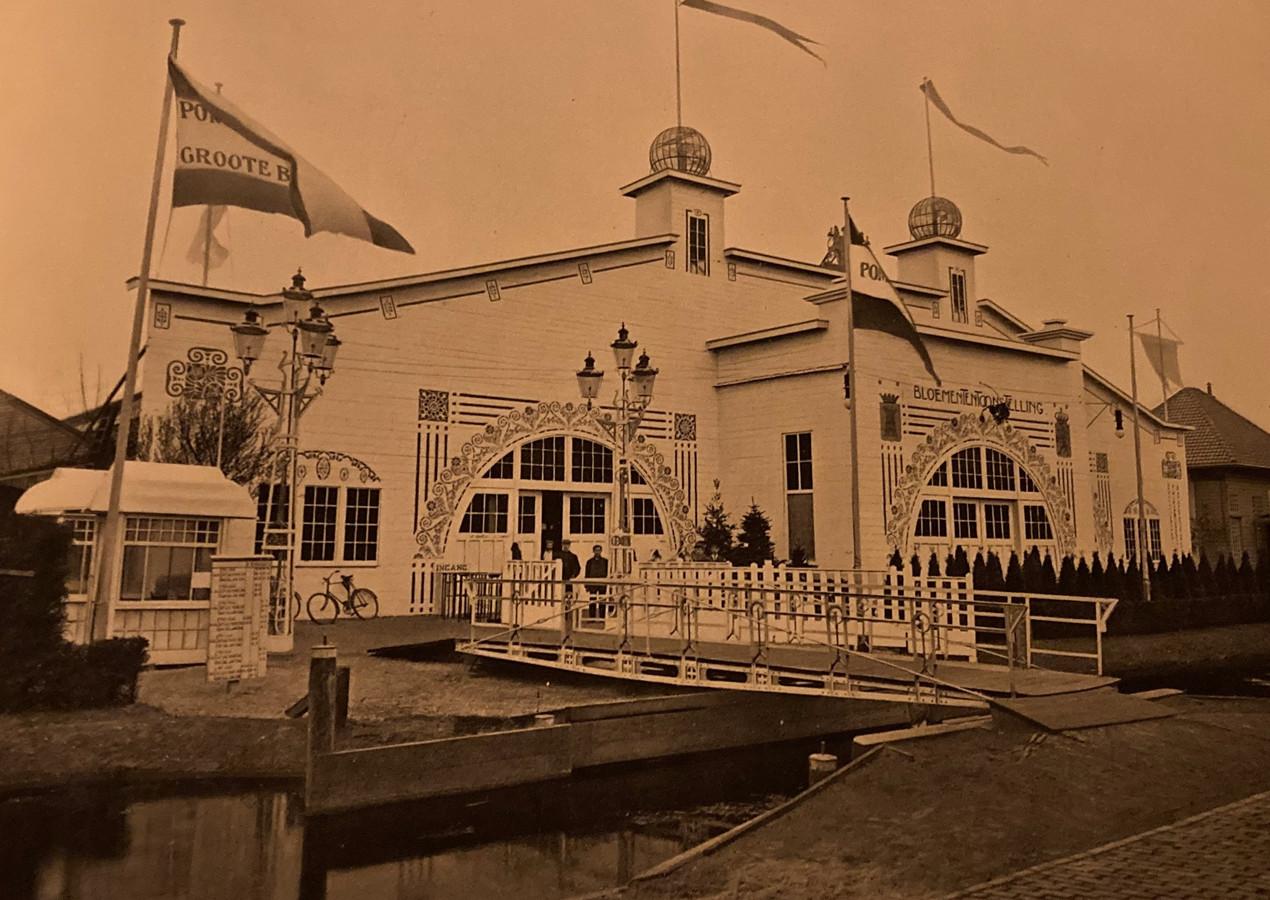 Het paviljoen waar de Groote Bloemententoonstelling gehouden werd.