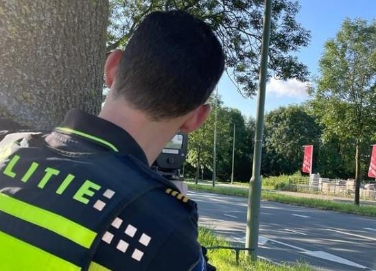 Snelheidscontrole met een lasergun op de Provincialeweg in Dordrecht. Acht bestuurders kregen een bekeuring voor de overtreding van de maximumsnelheid.