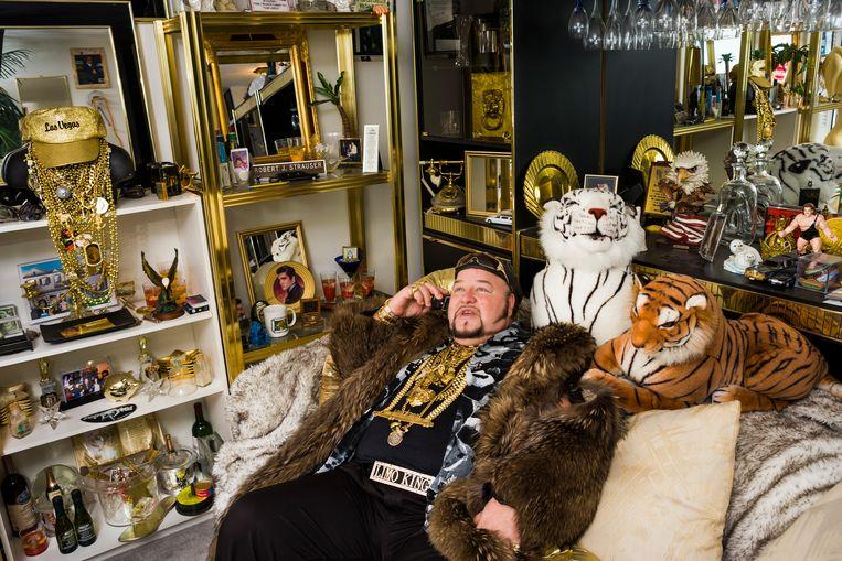 Limo Bob in zijn huiskamer. Hij dankt zijn bijnaam aan zijn ruim dertig meter lange limousine, waarmee hij het Guinness Book of Records haalde. Beeld Lauren Greenfield