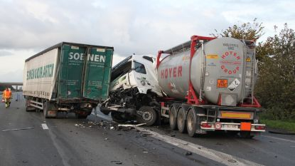 Trucks botsen in file aan tankstation E403 in Oekene