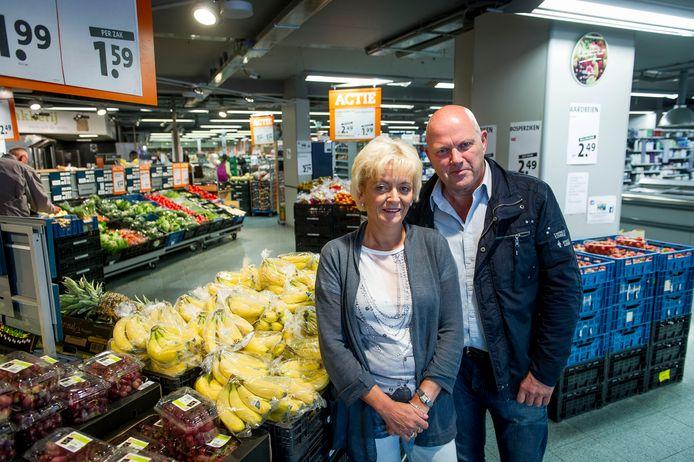 Een foto van enkele jaren geleden: Klaas Sanders en zijn vrouw Herma in de supermarkt.