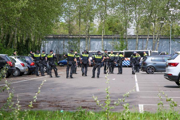 De politie controleert een aantal mensen in Vlaardingen.