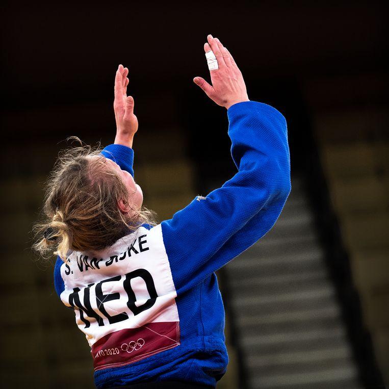 Sanne van Dijke wint brons in de klasse tot 70 kg en deelt haar zege met haar vorig jaar overleden broer. Beeld Klaas Jan van der Weij / de Volkskrant