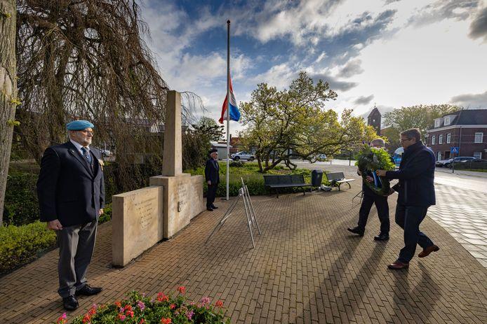 Wethouder Jan Peter van der Sluis (rechts) legt een krans met Herman Bottenberg van het plaatselijke  4 mei comité bij het monument in IJsselmuiden.