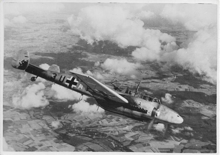 Een Messerschmitt Bf 110 in vlucht. Door een bomexplosie achter het toestel belandde de g-1 302 op zijn neus. Een toestel van dit type schoot de Blenheim van Dickie Haine naar beneden.  Beeld Collectie archief C. Cornelissen jr., Almelo.
