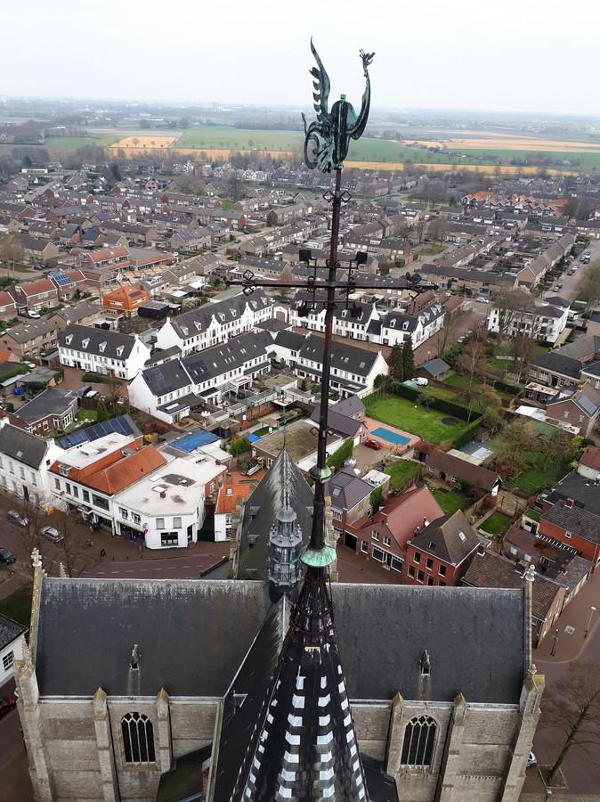 De Phoenix op de Lambertuskerk in Wouw. Het aftakelen van de Phoenix is de officiële aftrap voor de renovatie van de kerktoren.