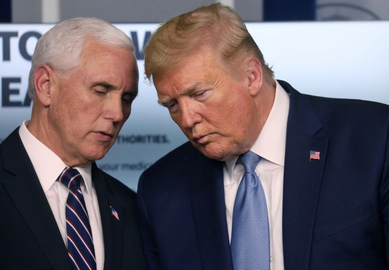 Vicepresident Mike Pence en president Donald Trump tijdens coronaberaad in het Witte Huis. Beeld REUTERS