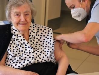 100-jarige Maria Lenaerts krijgt eerste spuitje in wzc De Bessemerberg