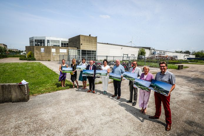 Een delegatie van de stad met de simulatiebeelden van het gloednieuwe Erfgoeddepot.