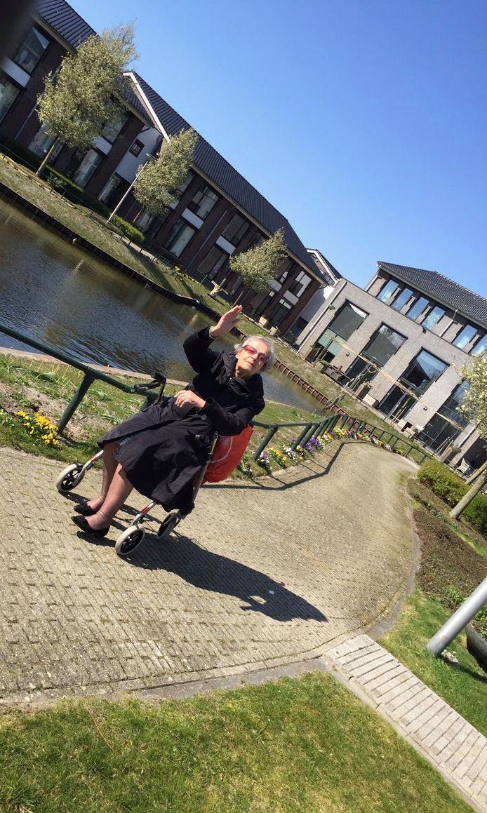Mevrouw Bloemendaal in de tuin van verzorgingshuis Akkerleven in Schipluiden.