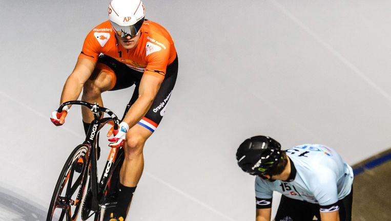 Voormalig wereldkampioen sprint Theo Bos (32) (r) neemt het op de openingsavond van de zesdaagse van Rotterdam op tegen Europees kampioen Jeffrey Hoogland (22). Beeld ANP