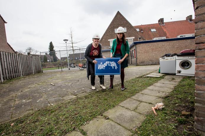 Joke Smeulders (links) en Corry Smolders met op de achtergrond het buurthuis dat ze willen omtoveren tot 'Pratend Huis'.