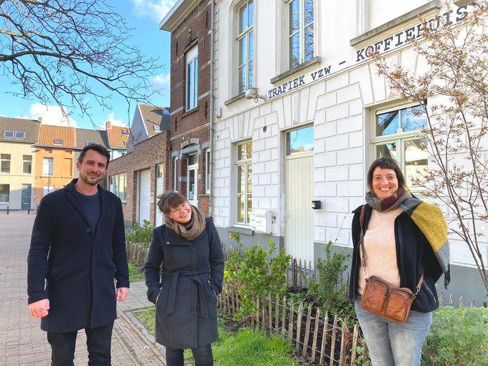 Eno D'Hondt en Janne Vaes van Honderd Huizen van de Brugse Poort met Kathleen Torfs van Trafiek. Het bruine gebouw links van Trafiek zou een woning worden voor een jongere in nood.