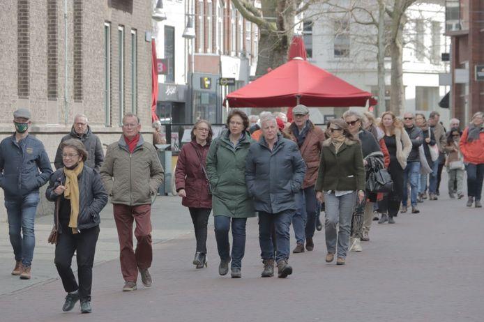 Aanhangers van CDA-politicus Pieter Omtzigt lopen een steunmars bij het gemeentehuis in Enschede.