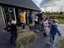 Met de kindertablet in de hand op zoek naar het boerenleven in Valkenswaard: 'Net alsof je echt in de melkstal staat'