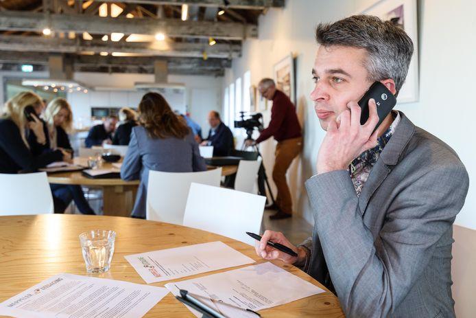 Wethouder Roelof Pieter Koning in actie bij een arbeidsmarkt.