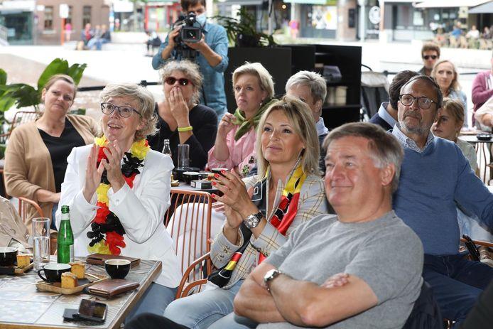 Zeker 60 Truienaars kwamen zondag samen bij het Cosmo Café om de finale van Nina Derwael op groot scherm te zien. Ook burgemeester Veerle Heeren kwam supporteren.