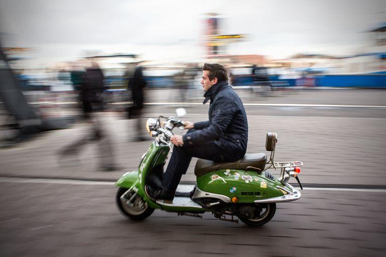 Op steeds minder voertuigen mag je nu nog zonder helm rijden. Beeld Julius Schrank