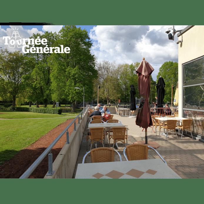 Het terras van 'T Zwemkaffee in Ninove.