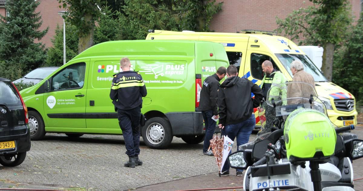Fietsster met hoofdwond naar ziekenhuis na aanrijding met boodschappenbusje in Holten.