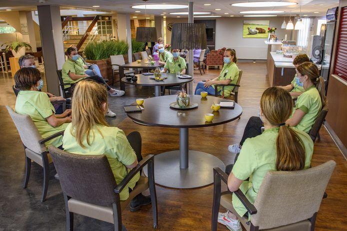 'Heb jij al een afspraak?' Tijdens de koffiepauze in zorgcentrum 't Dijkhuis is dat momenteel dé vraag.