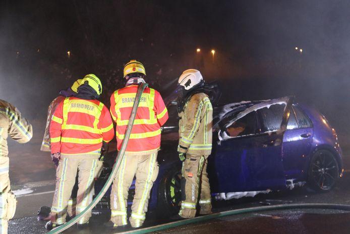 De wagen ging in vlammen op.