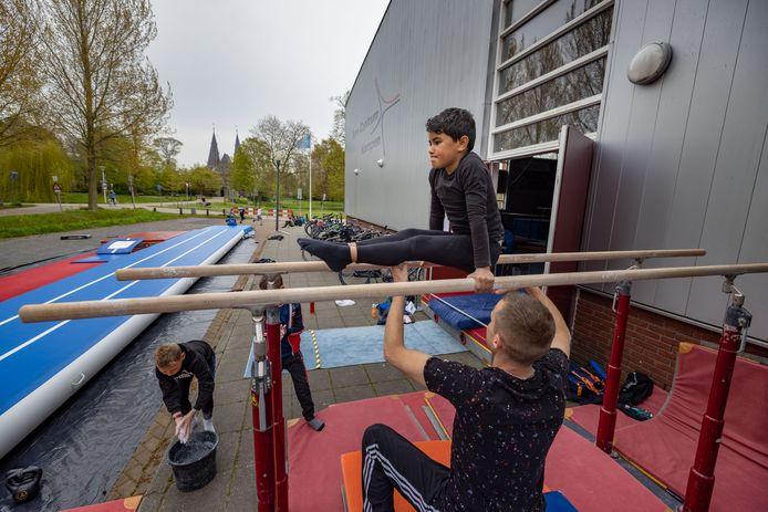 Trainen in de zaal mag (nog) niet, dan maar lekker turnen bij RKDOS in de buitenlucht bij de turnhal in Kampen.