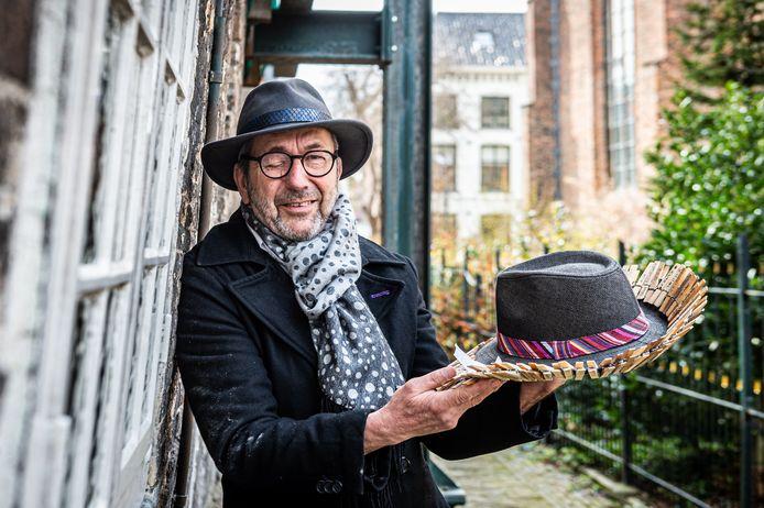 Verhalenverteller, theatermaker en schrijver Alje Bosma uit Schoonhoven brengt zijn boek Waslijn uit.