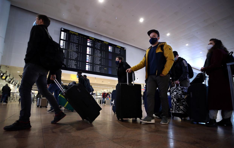 Reizigers met mondmasker op de luchthaven van Zaventem Beeld Anadolu Agency via Getty Images