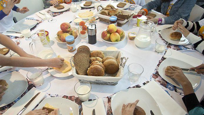 Kinderen op een basisschool leren gezond te ontbijten