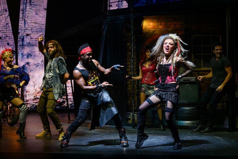 Gelukkig staat in We Will Rock You een lekker fel bandje op het podium. Helaas is niet alle zang even geslaagd. Beeld Margot de Heide