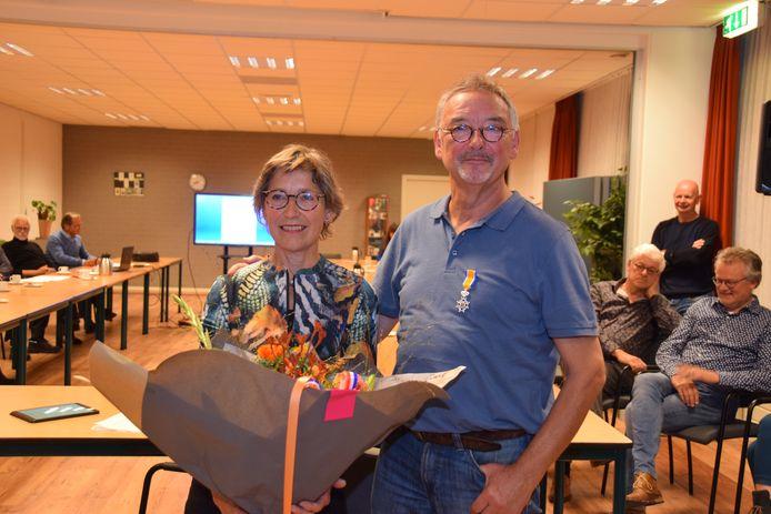 Een lintje voor Geert Verstegen, bloemen voor zijn vrouw.