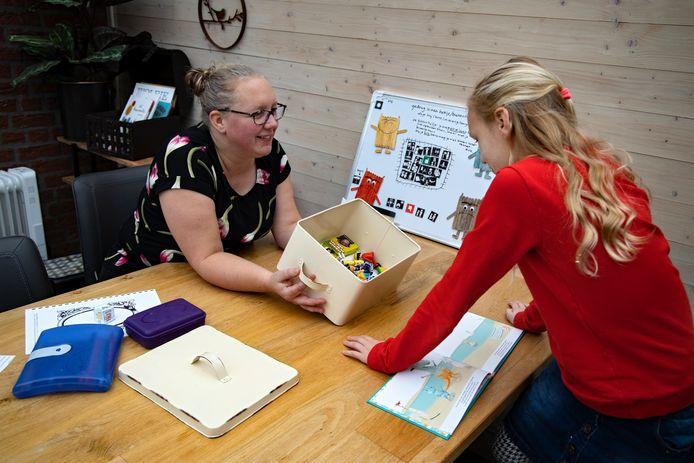 """Nickee Hoedemaekers heeft een coaching-praktijk, speciaal gericht op gezinnen met een kind met een beperking. ,,Het broertje of zusje zien hun ouders tobben en denken wel drie keer na voor ze zelf om hulp vragen."""""""