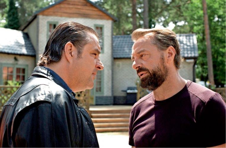 'Eerst moest ik nog wel lachen om 'Undercover'. Alleen dat accent al: in de serie praten ze Tilburgs, wij zijn van Eindhoven.' (Foto: Frank Lammers en Tom Waes in de serie.)'   Beeld