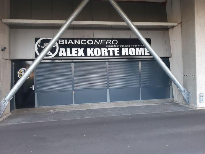 Het Alex Korte Home in het stadion van Heracles was jaren lang het domein van Bianco Nero. Die naam zal dit jaar van de gevel verdwijnen en worden vervangen door Locals1903.