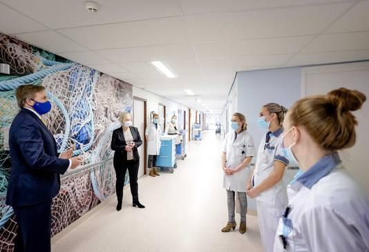 2021-04-13 10:38:35 DIRKSLAND - El rey Willem Alexander realizó una gira durante una visita de trabajo al Hospital Van Weel-Bethseda en Drexland.  Entre otras cosas, el rey visitó una sala con pacientes de Covid-19.  ANP ROYAL IMAGES ROBIN VAN LONKHUIJSEN Piscina