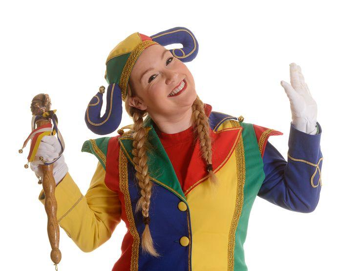 De nar is ook nu nog onmisbaar in de entourage van carnavalsprinsen. Zoals hier de Roosendaalse Malou laat zien. Foto Bram Visser
