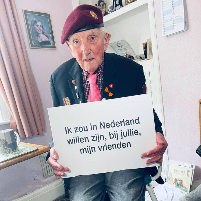 Ray Whittwell, Brits veteraan van de Slag om Arnhem, laat weten dat hij er helaas niet bij kan zijn bij de herdenkingen in september. Scène uit een gefilmde tournee van Taxi Charity For Military Veterans langs 22 oorlogsveteranen in het Verenigd Koninkrijk.